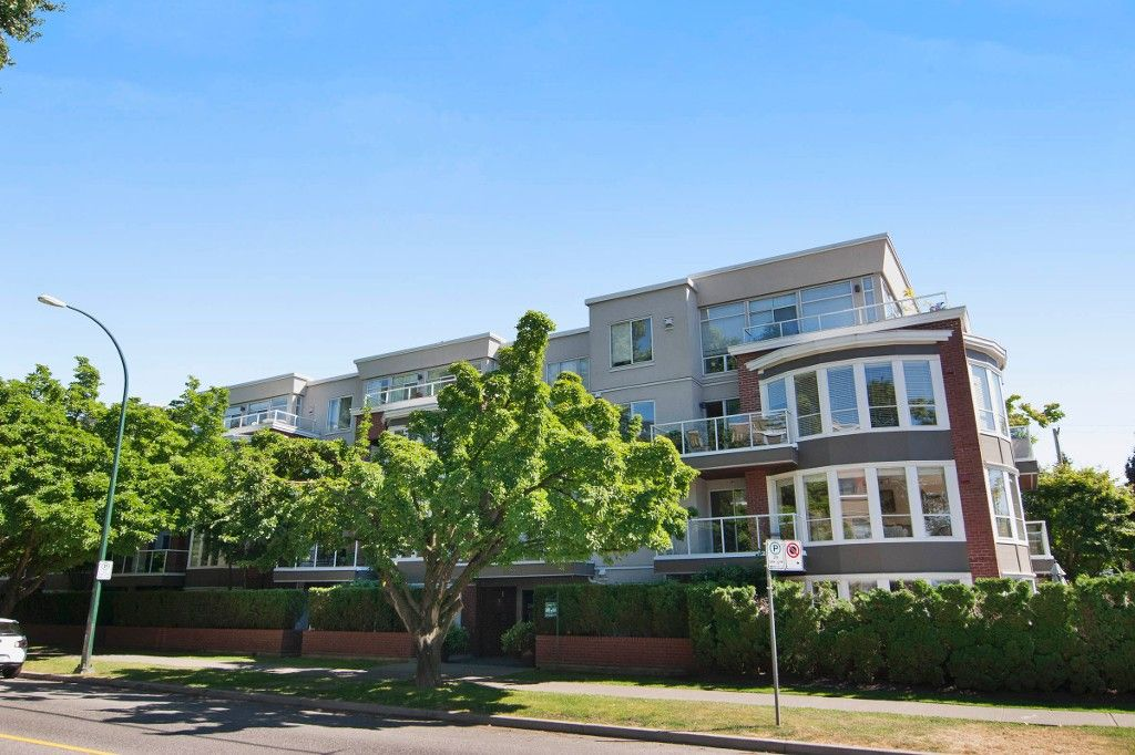 """Main Photo: 403 2288 W 12TH Avenue in Vancouver: Kitsilano Condo for sale in """"CONNAUGHT POINT"""" (Vancouver West)  : MLS®# V1077930"""