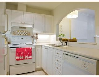 "Photo 3: 105 2588 ALDER Street in Vancouver: Fairview VW Condo for sale in ""BOLLERT PLACE"" (Vancouver West)  : MLS®# V766148"