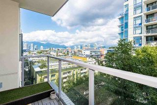 """Photo 3: 910 1708 COLUMBIA Street in Vancouver: False Creek Condo for sale in """"WALL CENTRE FALSE CREEK"""" (Vancouver West)  : MLS®# R2388986"""
