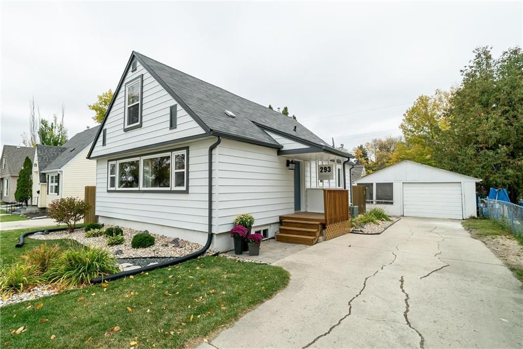 Welcome to 293 Moorgate Street! Quiet tree lined street just a few blocks from Assiniboine Park!