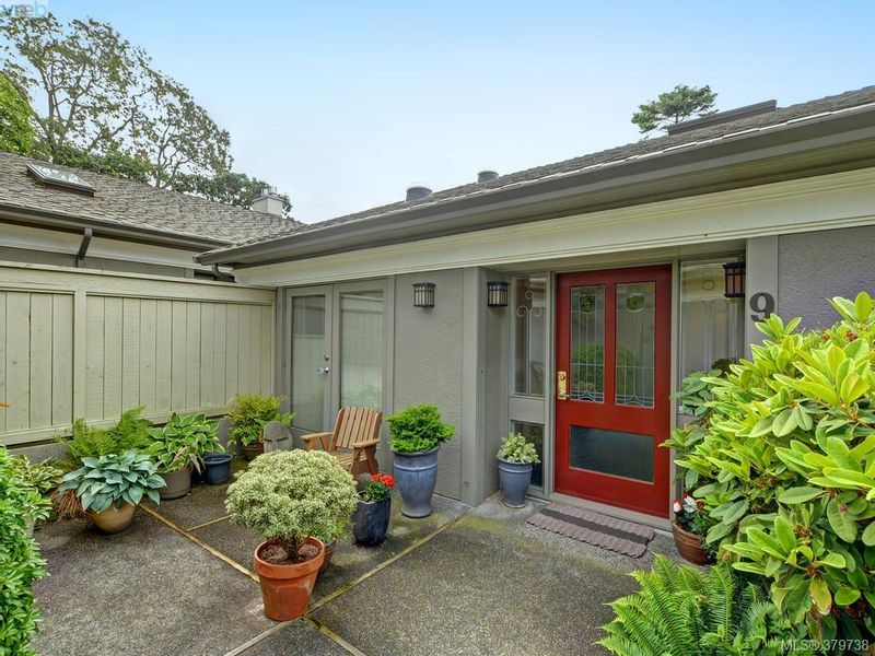 FEATURED LISTING: 9 - 735 MOSS St VICTORIA