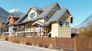 Photo 1: 1223 WILSON Crescent in Squamish: Dentville House for sale : MLS®# R2347356