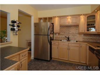 Main Photo: 308 1366 Hillside Ave in VICTORIA: Vi Oaklands Condo for sale (Victoria)  : MLS®# 504943