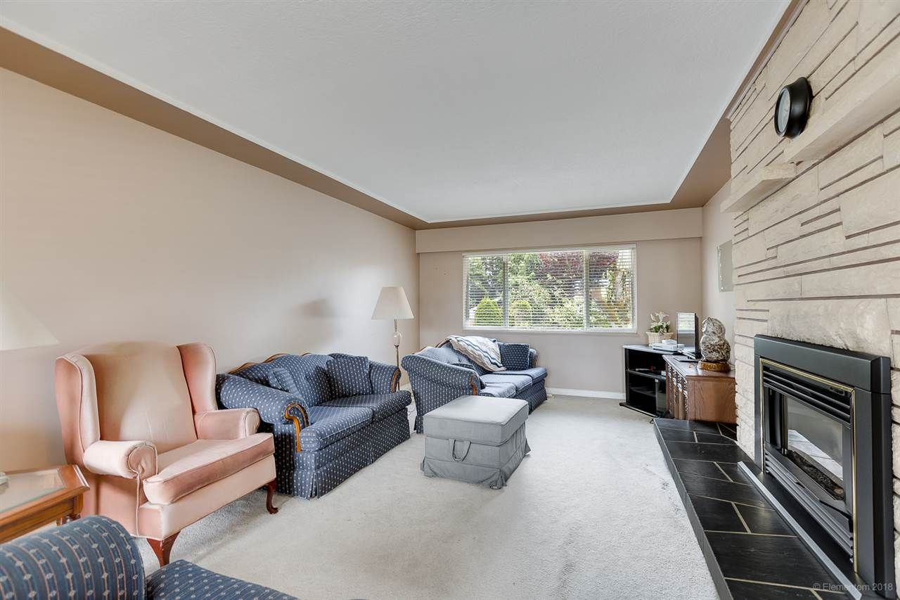 Photo 8: Photos: 1672 SPRICE Avenue in Coquitlam: Central Coquitlam House for sale : MLS®# R2389910