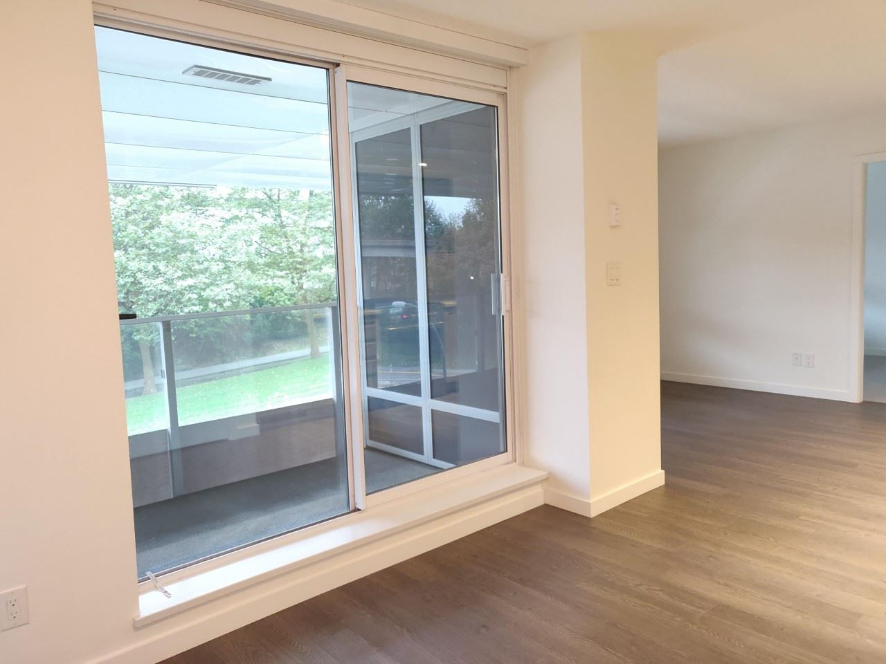 """Photo 5: Photos: 205 5515 BOUNDARY Road in Vancouver: Collingwood VE Condo for sale in """"WALL CENTER CETNRAL PARK"""" (Vancouver East)  : MLS®# R2516109"""