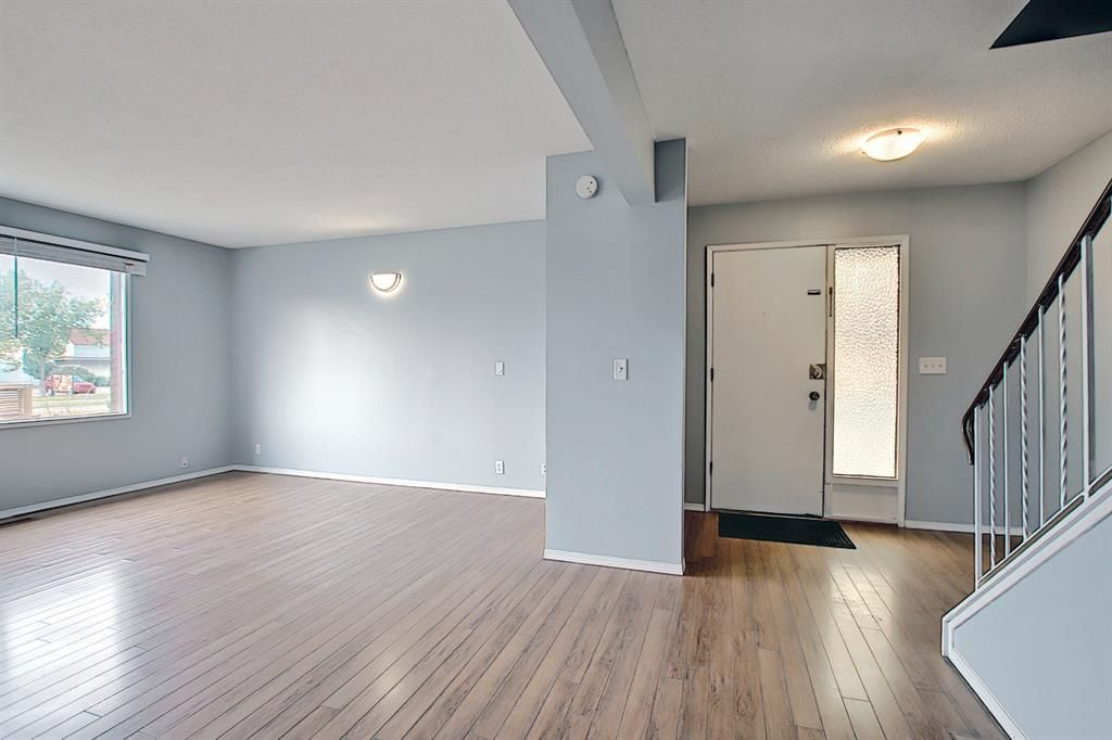 Main Photo: 2 519 64 Avenue NE in Calgary: Thorncliffe Row/Townhouse for sale : MLS®# A1140749