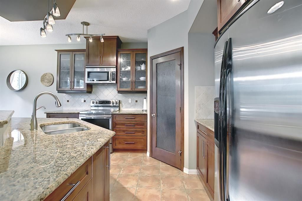 Photo 11: Photos: 14 ASPEN HILLS Manor SW in Calgary: Aspen Woods Detached for sale : MLS®# A1116032