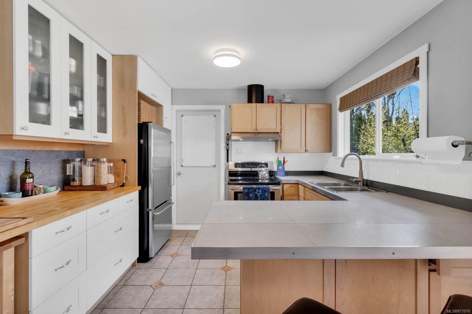 Photo 4: Photos: 1539 Chilcotin Cres in : CV Comox (Town of) House for sale (Comox Valley)  : MLS®# 871978