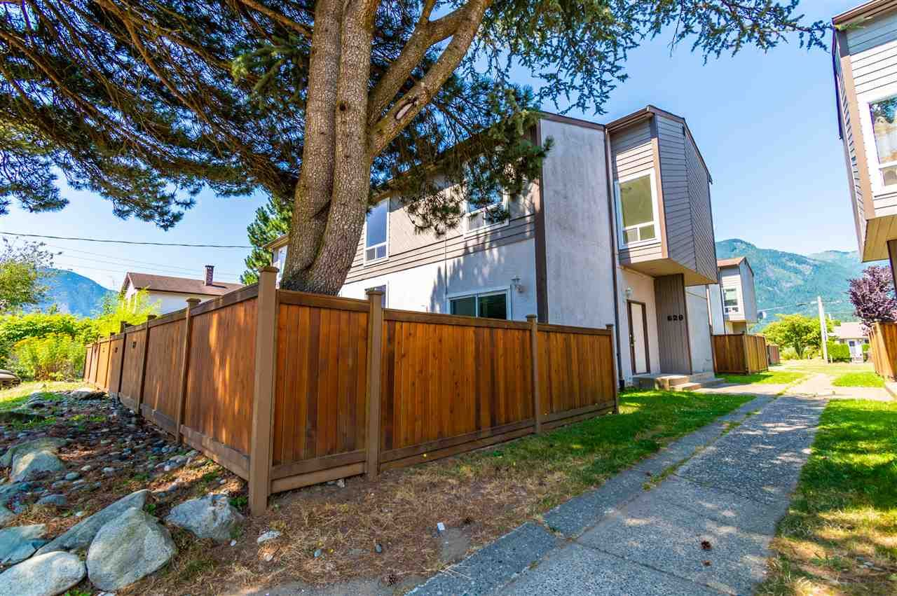Main Photo: 629 DOUGLAS Street in Hope: Hope Center Townhouse for sale : MLS®# R2481543