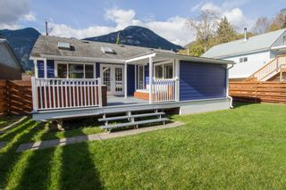 Photo 2: 38878 Newport Road in Squamish: House for sale