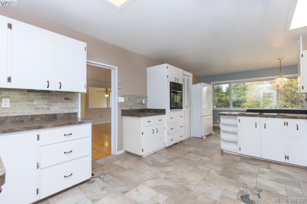 Photo 5: Photos: 2048 Melville Dr in SAANICHTON: Si Sidney North-East House for sale (Sidney)  : MLS®# 772514