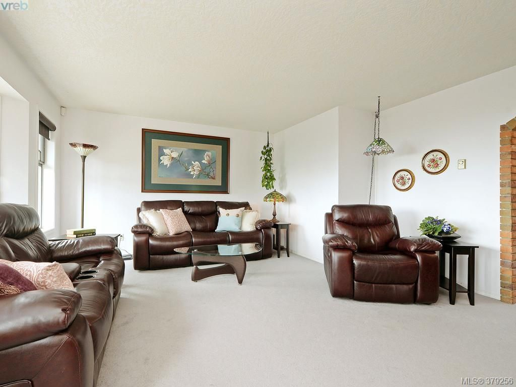 Photo 2: Photos: 543 Delora Drive in Victoria: Co Triangle House for sale (Colwood)  : MLS®# 379256