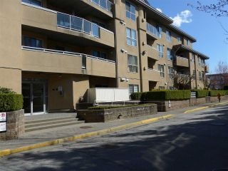 "Photo 3: 311 13780 76 Avenue in Surrey: East Newton Condo for sale in ""Earls Court"" : MLS®# R2449876"