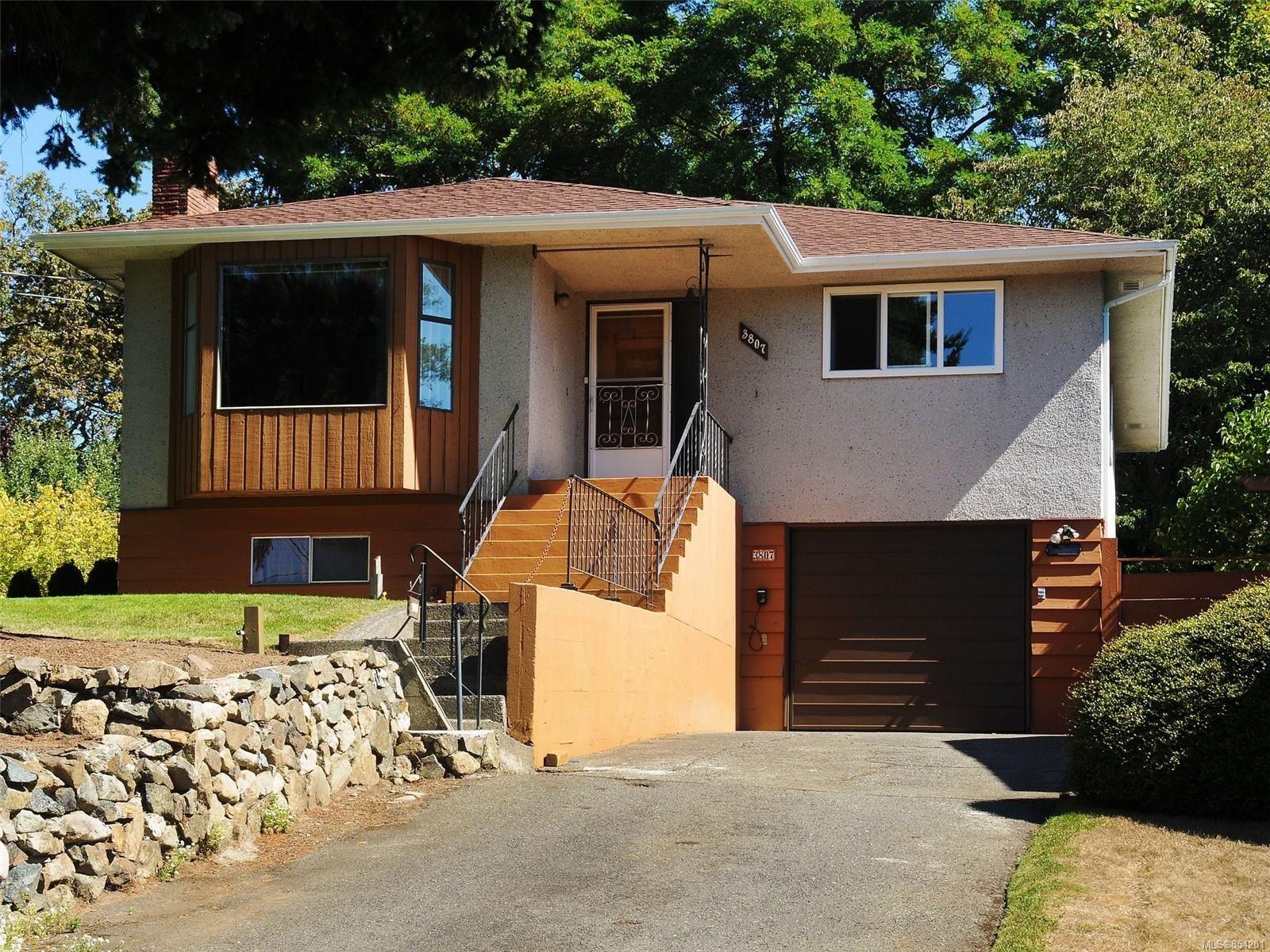 Main Photo: 3807 Merriman Dr in : SE Cedar Hill House for sale (Saanich East)  : MLS®# 854201