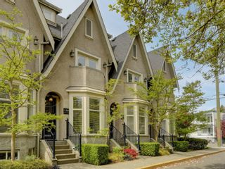 Main Photo: 2 1030 Carberry Gdns in : Vi Rockland Row/Townhouse for sale (Victoria)  : MLS®# 872176