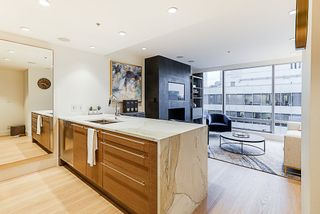"""Photo 3: 2207 1111 ALBERNI Street in Vancouver: West End VW Condo for sale in """"Shangri-La"""" (Vancouver West)  : MLS®# R2335303"""