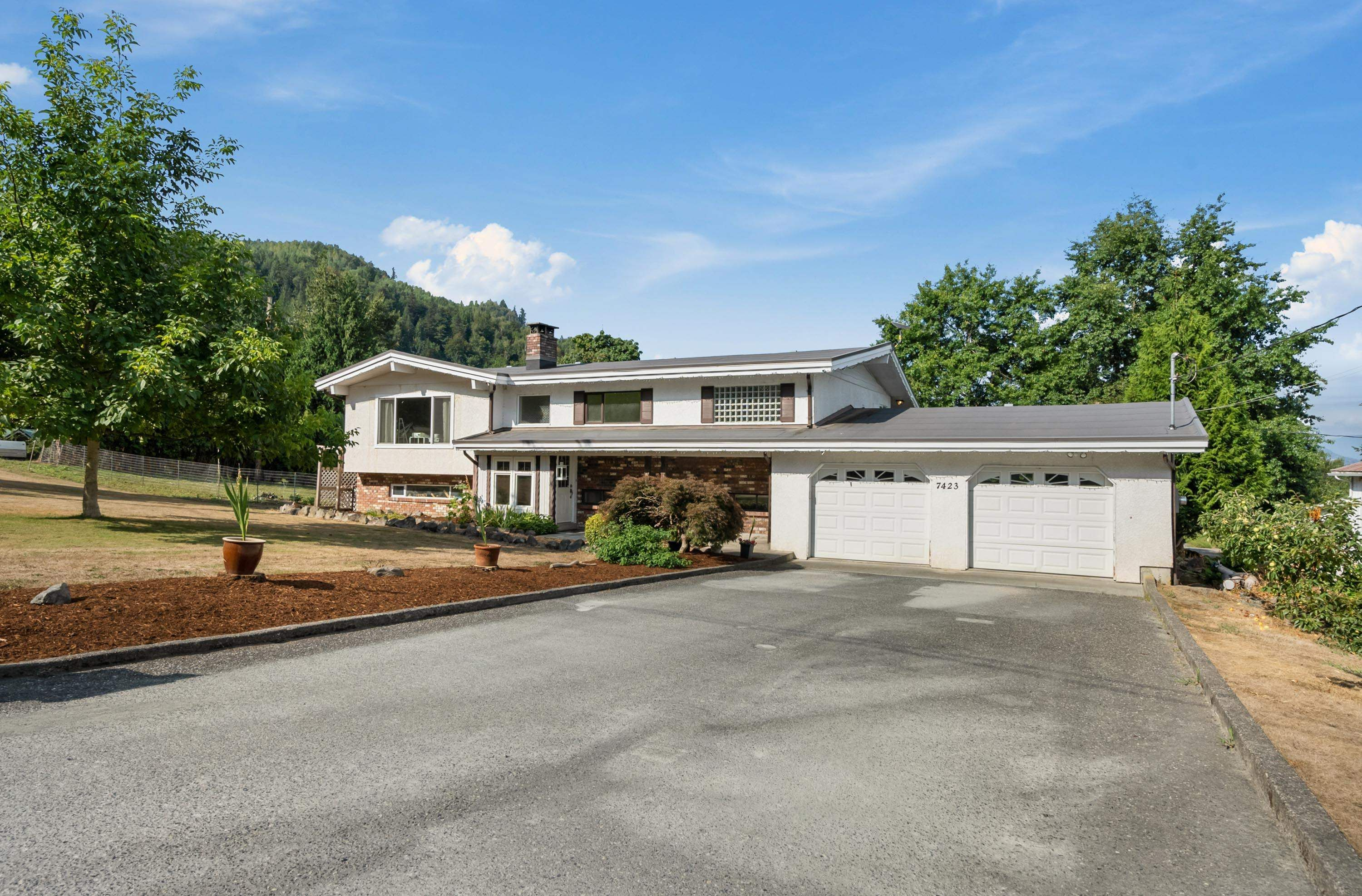 Main Photo: 7423 UPPER PRAIRIE Road in Chilliwack: East Chilliwack House for sale : MLS®# R2611636