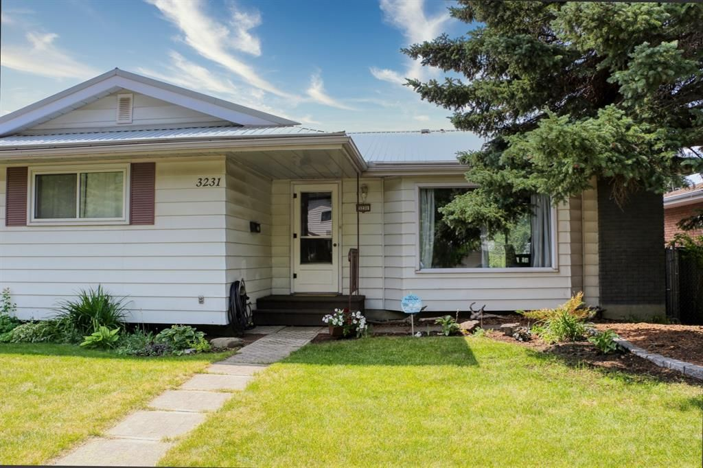 Main Photo: 3231 52 Avenue NW in Calgary: Brentwood Detached for sale : MLS®# A1128463