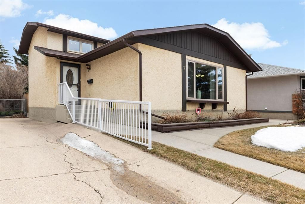 Main Photo: 7 Woodmont Rise SW in Calgary: Woodbine Detached for sale : MLS®# A1092046