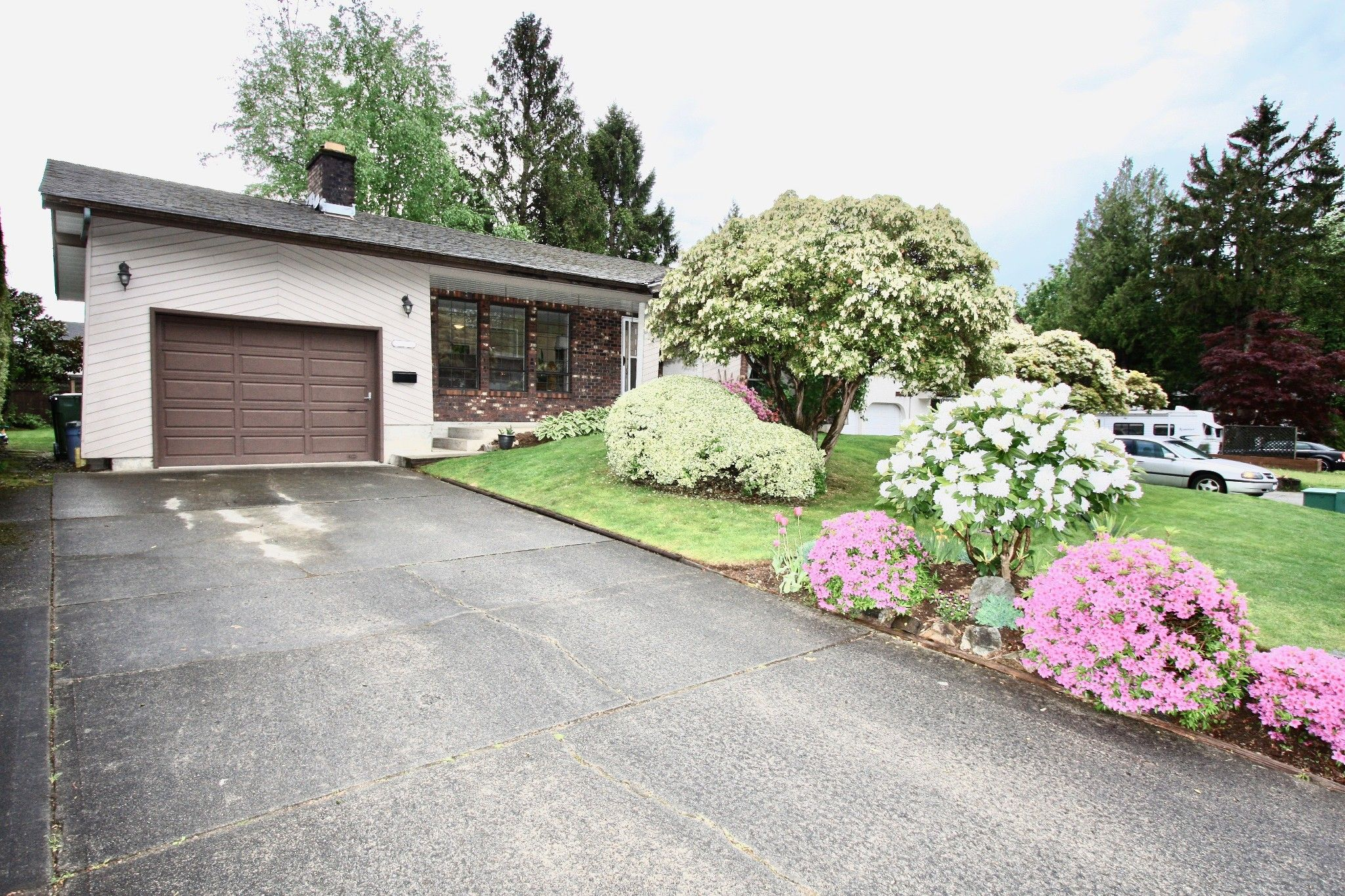 Main Photo: 2421 Aladdin Crescent in Abbotsford: Abbotsford East House for sale : MLS®# R2577565