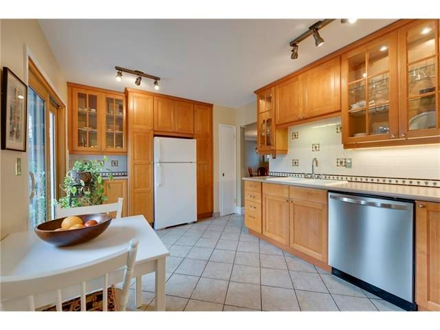 Photo 8: Photos: 3235 BEARSPAW Drive NW in Calgary: Brentwood House for sale : MLS®# C4053650