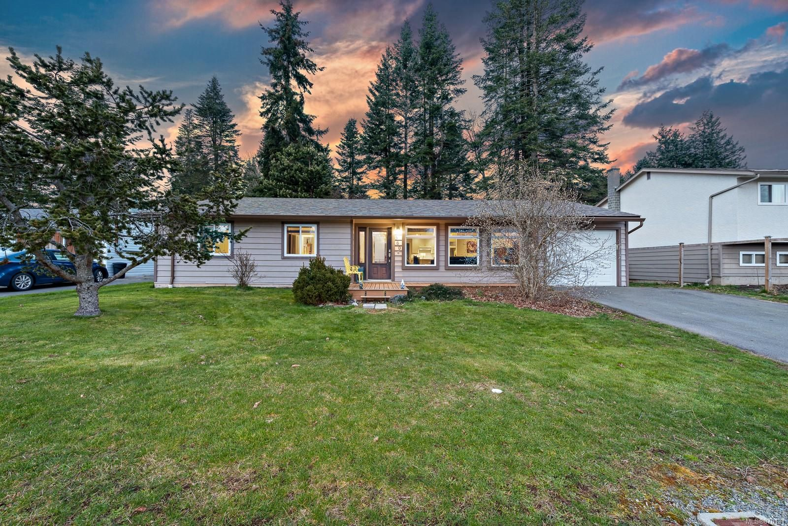 Main Photo: 560 Nimpkish St in : CV Comox (Town of) House for sale (Comox Valley)  : MLS®# 870131
