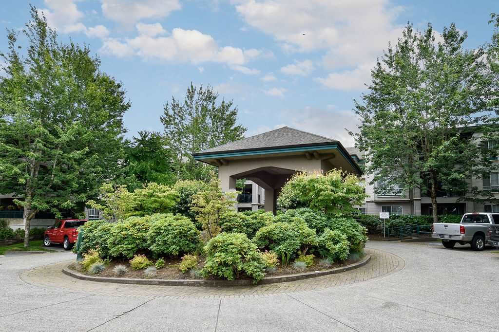 """Main Photo: 335 19528 FRASER Highway in Surrey: Cloverdale BC Condo for sale in """"THE FAIRMONT"""" (Cloverdale)  : MLS®# R2469719"""