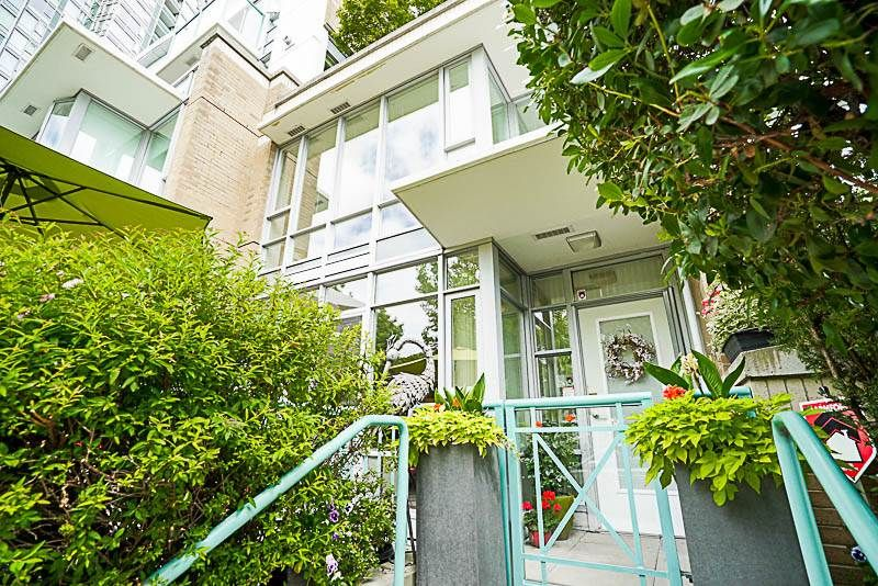 Main Photo: 1039 MARINASIDE CRESCENT in Vancouver: Yaletown Townhouse for sale (Vancouver West)  : MLS®# R2186882