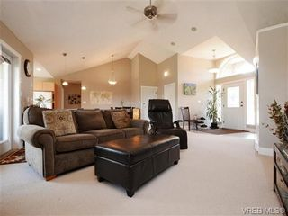 Photo 3: 560 Tory Pl in VICTORIA: Co Triangle House for sale (Colwood)  : MLS®# 730544