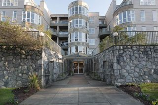 """Photo 1: 205 2428 W 1ST Avenue in Vancouver: Kitsilano Condo for sale in """"NOBLE HOUSE"""" (Vancouver West)  : MLS®# R2450860"""
