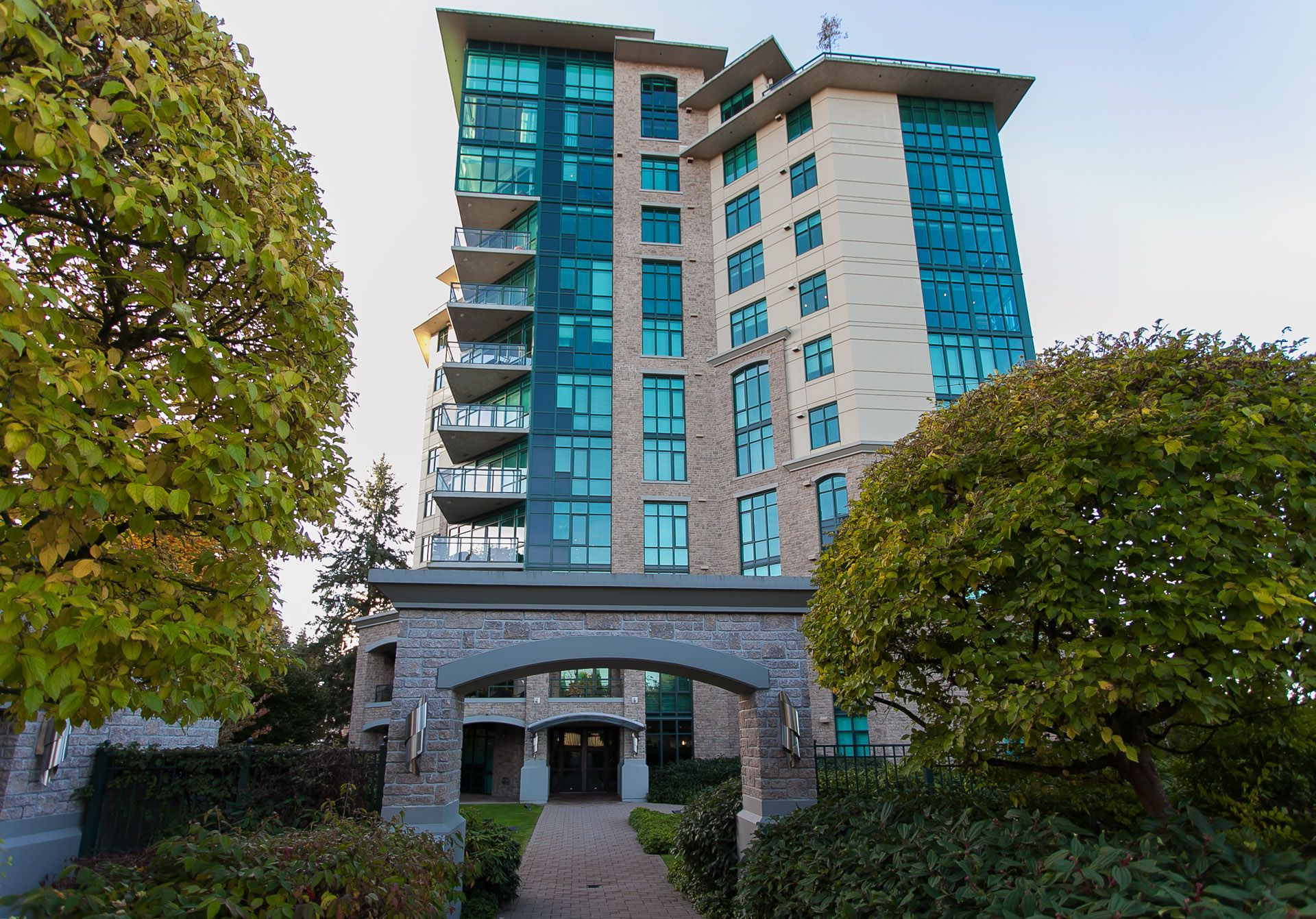 """Main Photo: 1102 14824 NORTH BLUFF Road: White Rock Condo for sale in """"BELAIRE"""" (South Surrey White Rock)  : MLS®# R2350476"""