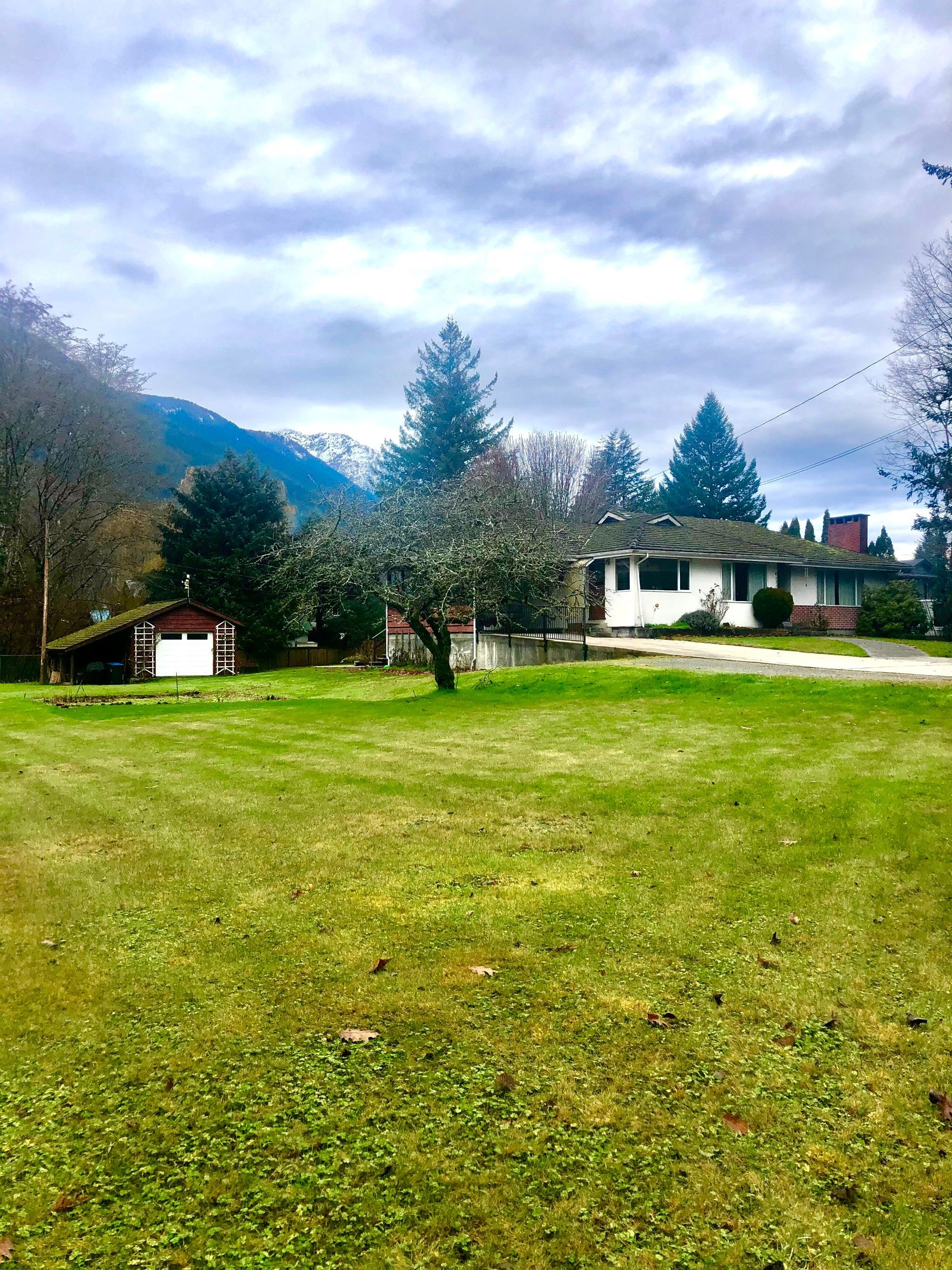 Main Photo: 41717 Governent Road in Squamish: Brackendale House for sale : MLS®# R2513183