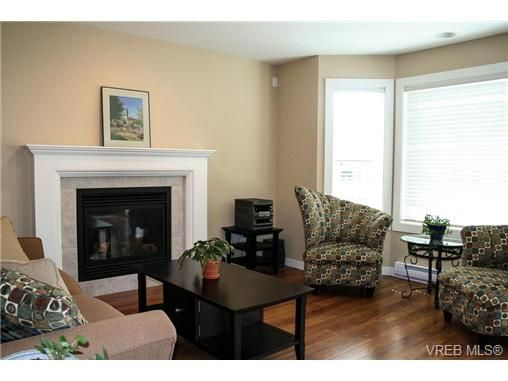 Photo 5: Photos: 560 Heatherdale Lane in VICTORIA: SW Royal Oak Row/Townhouse for sale (Saanich West)  : MLS®# 728837