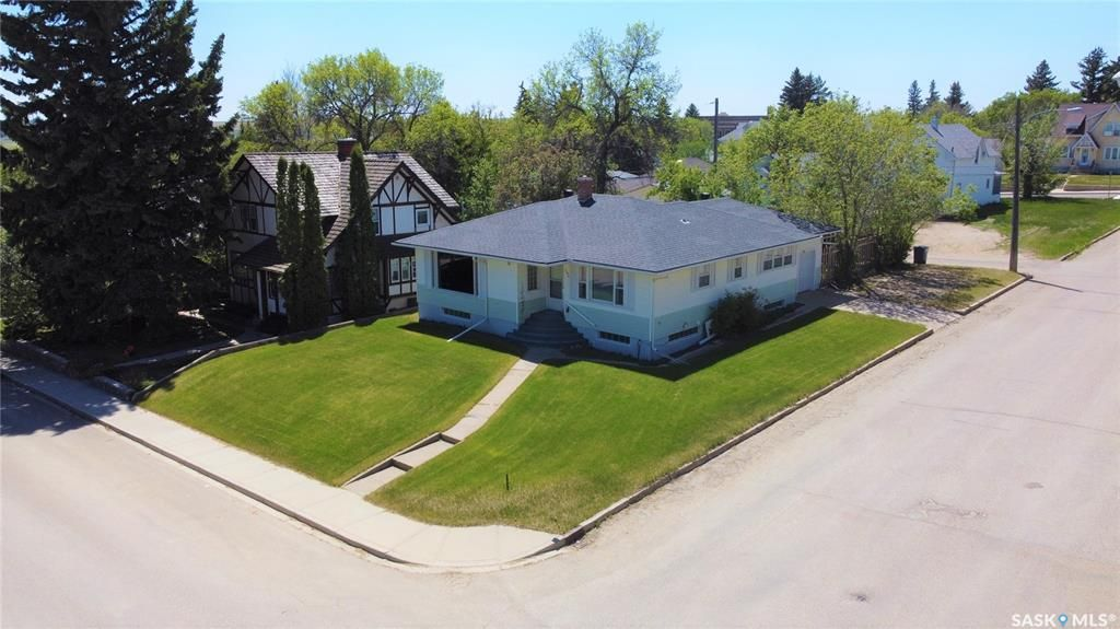 Main Photo: 596 1st Avenue Northeast in Swift Current: North East Residential for sale : MLS®# SK858651