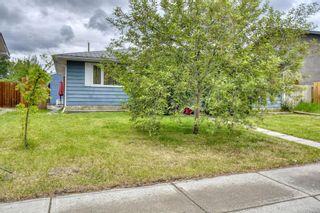 Photo 1: 212 Queen Alexandra Road SE in Calgary: Queensland Detached for sale : MLS®# A1118884
