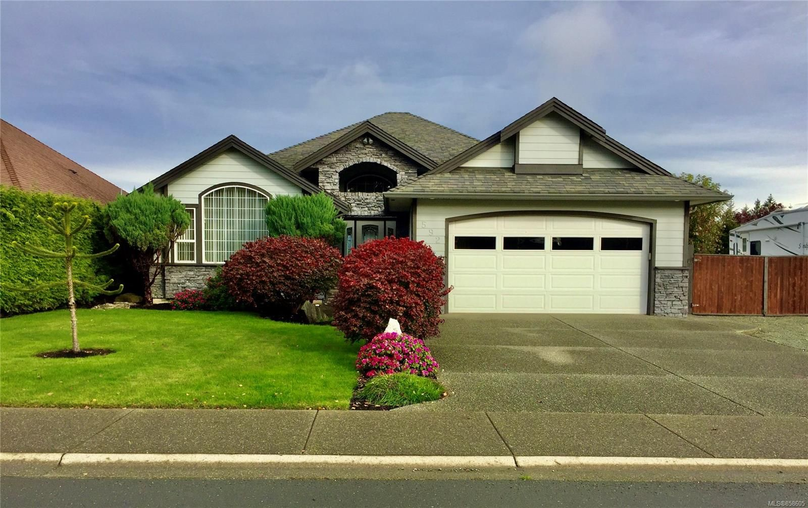 Main Photo: 592 Nelson Rd in : CR Willow Point House for sale (Campbell River)  : MLS®# 858605