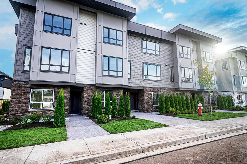 Main Photo: 16 19670 55A Avenue in Langley: Langley City Townhouse for sale : MLS®# R2426679