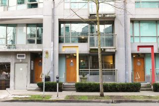 """Photo 1: 1428 W HASTINGS Street in Vancouver: Coal Harbour Townhouse for sale in """"DOCKSIDE"""" (Vancouver West)  : MLS®# R2464469"""