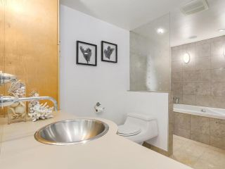 """Photo 15: 2411 W 1ST Avenue in Vancouver: Kitsilano Townhouse for sale in """"Bayside Manor"""" (Vancouver West)  : MLS®# R2191405"""