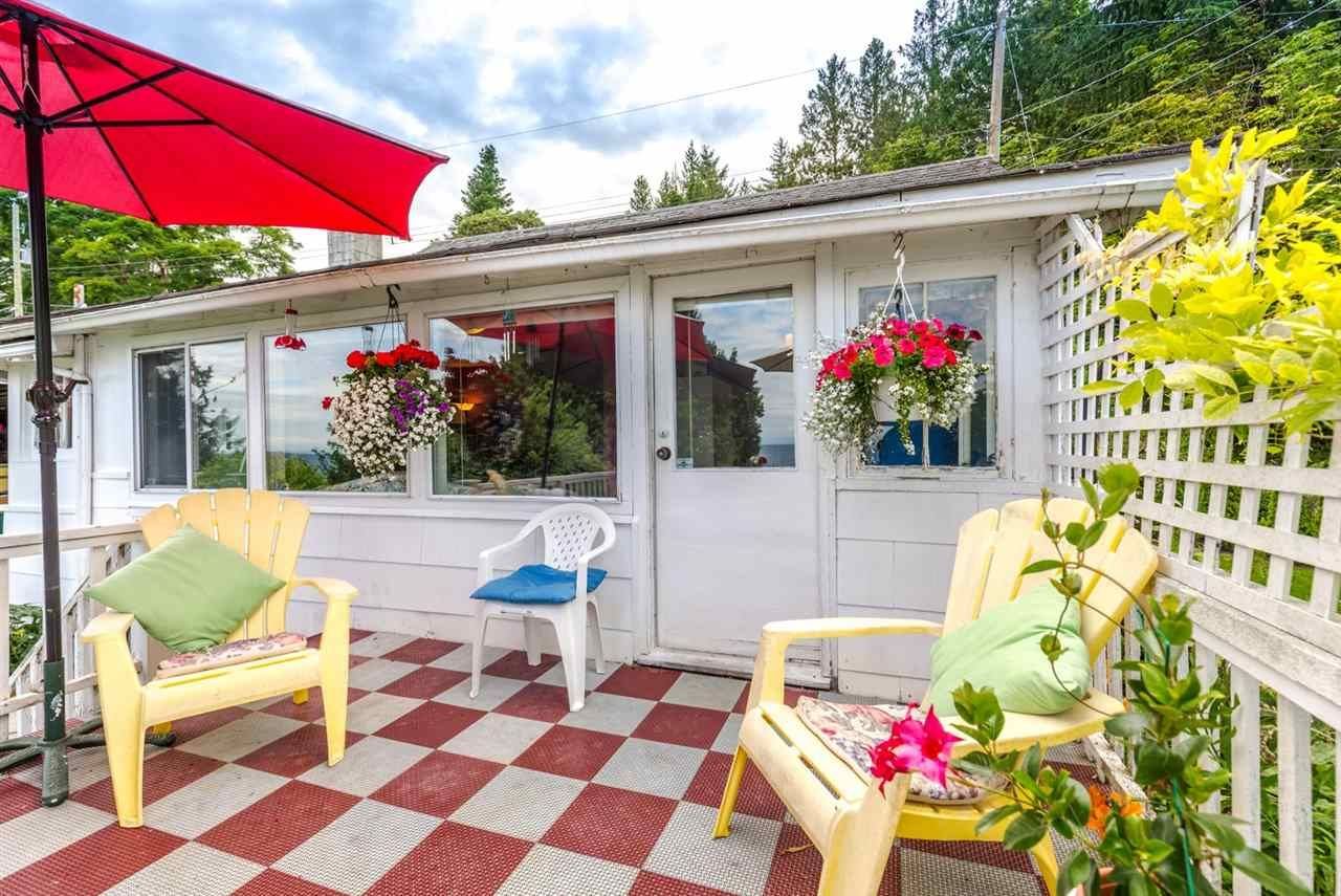 "Photo 5: Photos: 3223 BEACH Avenue: Roberts Creek House for sale in ""HEART OF ROBERTS CREEK"" (Sunshine Coast)  : MLS®# R2469113"