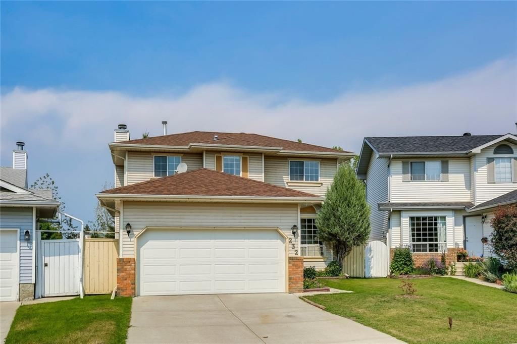 Main Photo: 232 RIVERSTONE Place SE in Calgary: Riverbend Detached for sale : MLS®# C4196523