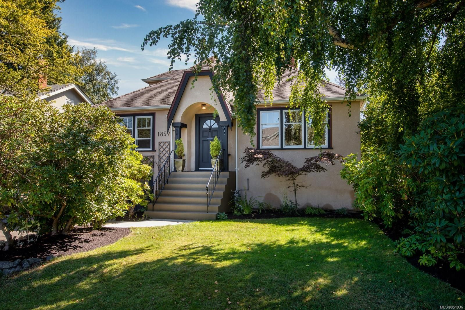 Main Photo: 1859 Monteith St in : OB North Oak Bay House for sale (Oak Bay)  : MLS®# 854936