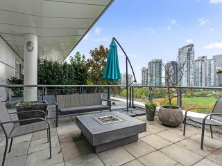 """Photo 1: 801 1383 MARINASIDE Crescent in Vancouver: Yaletown Condo for sale in """"COLUMBUS"""" (Vancouver West)  : MLS®# R2504775"""