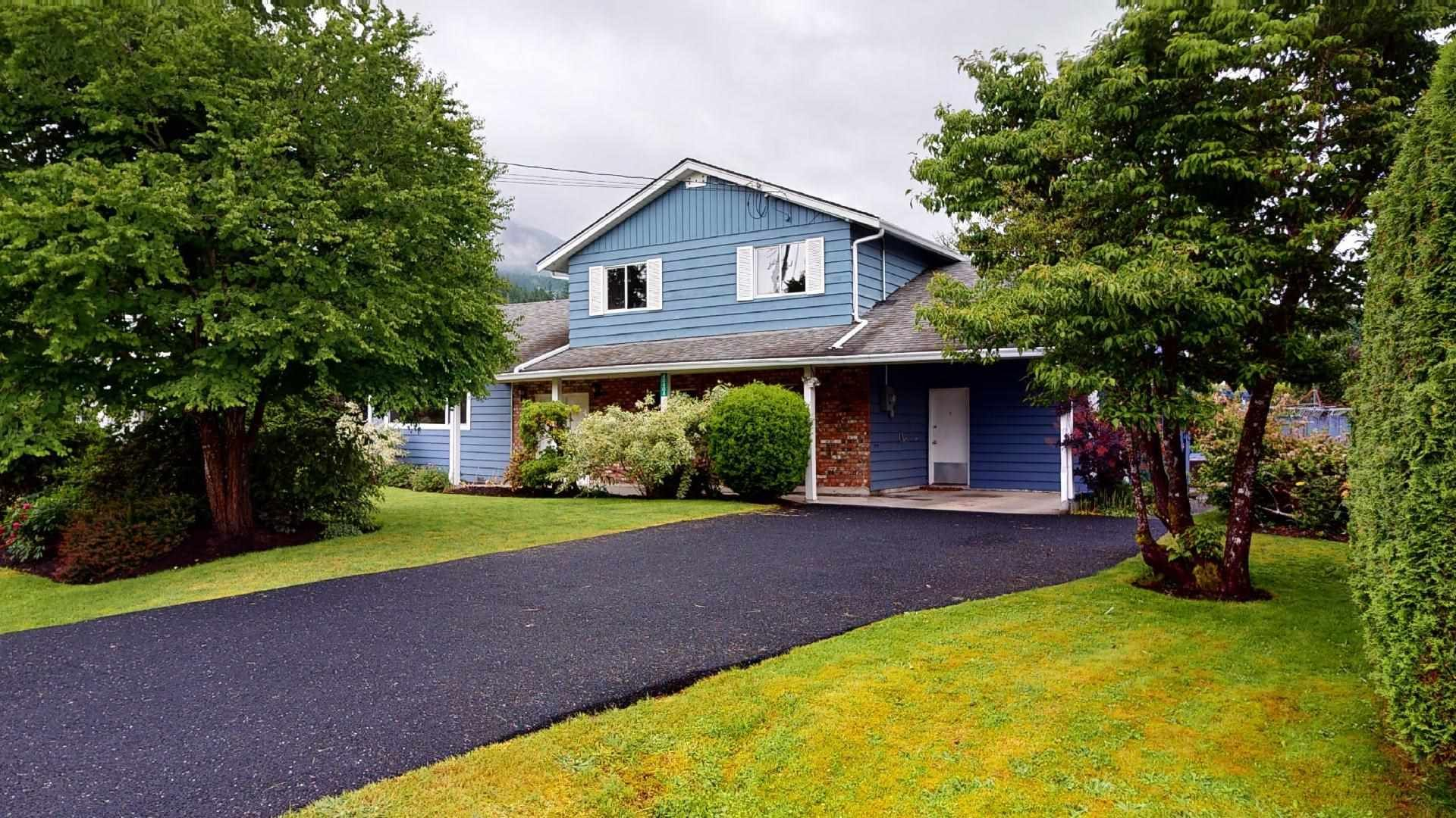 Main Photo: 40404 CHEAKAMUS Way in Squamish: Garibaldi Estates House for sale : MLS®# R2593809