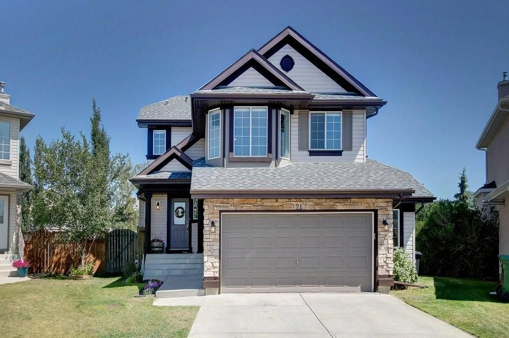 Location, location, location! 21 Citadel Crest Pl NW on a quiet cul-de-sac and on a massive pie lot! In 2012, new roof, soffits, fascia & eavestroughs all completed.
