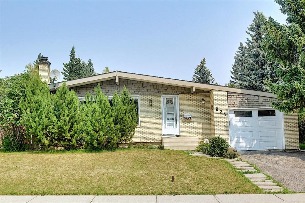 Main Photo: 924 CANNOCK Road SW in Calgary: Canyon Meadows Detached for sale : MLS®# A1135716