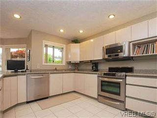 Photo 6: 1028 Adeline Pl in VICTORIA: SE Broadmead House for sale (Saanich East)  : MLS®# 573085