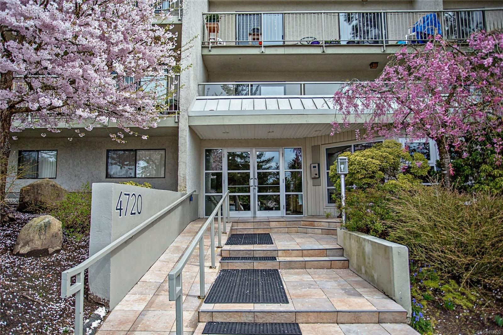 Main Photo: 307 4720 Uplands Dr in : Na Uplands Condo for sale (Nanaimo)  : MLS®# 874632