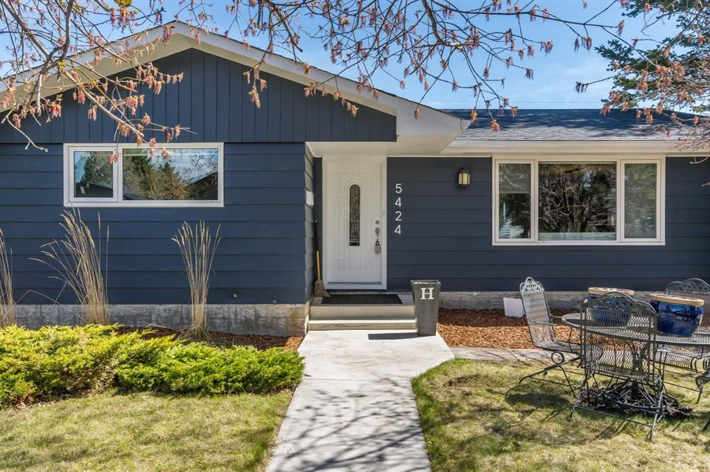 Main Photo: 5424 Ladbrooke Drive SW in Calgary: Lakeview Detached for sale : MLS®# A1103272