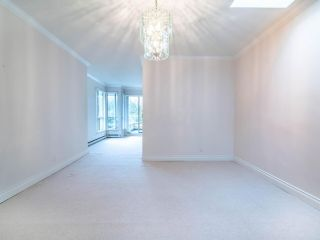 """Photo 4: 305 3766 W 7TH Avenue in Vancouver: Point Grey Condo for sale in """"THE CUMBERLAND"""" (Vancouver West)  : MLS®# R2583728"""